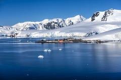 Station för grund för Antarktis forskning chilensk Royaltyfria Bilder