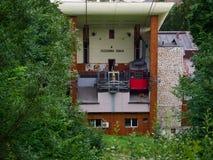 Station för kabelbil i Sinaia, Rumänien royaltyfria foton