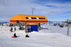 Station för kabelbil på överkanten av det Fronalpstock berget Arkivfoton