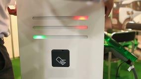 Station för uppladdning för allmänhet för underhållstekniker monterande för elektriska medel stock video
