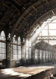 Station för Vntage gammal-stil arkitektonisk romantisk drev Ljus stråle inom järnvägsstation Royaltyfria Bilder