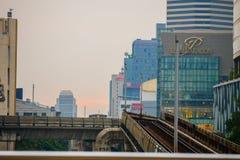 Station ferroviaire de Ratchathewi de train de ciel, Bangkok images stock