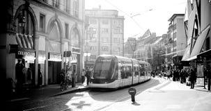 Station française de tramway dans des Frances centrales de Strasbourg avec des personnes Photo stock