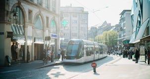Station française de tramway dans des Frances centrales de Strasbourg avec des personnes Photographie stock
