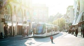 Station française de tramway dans des Frances centrales de Strasbourg avec des personnes Images stock