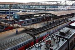 Station, hoogste mening van de daken van elektrische treinen en de manier royalty-vrije stock afbeelding