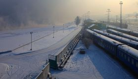 Station. Irkoetsk, Rusland. Schemering. stock foto's