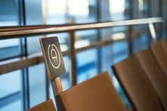 Station libre de chargement de batterie près des sièges dans l'aéroport international pour des voyageurs photo stock