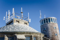 Station météorologique en haut d'une montagne Photos libres de droits