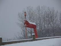 Station météorologique rouge lumineuse pendant l'hiver Photographie stock libre de droits