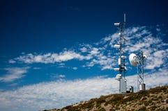 Station météorologique supérieure de montagne avec un ciel bleu photos libres de droits