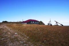 Station météorologique sur la montagne Taganay lointain fleuve Russie les monts Oural méridionaux blancs Image libre de droits