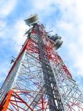 Station mobile de poteau de micro-onde élevée avec le ciel bleu Image libre de droits