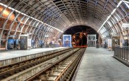 Station moderne de tram sur le pont en passage supérieur de Basarab pendant la nuit Photographie stock
