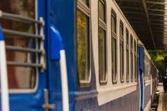Station, platform met een oude trein uitstekende wagen royalty-vrije stock foto's
