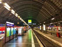 Station principale de Francfort en Allemagne la nuit Images libres de droits