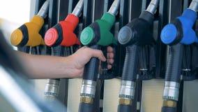 Station service avec un gicleur d'essence étant sorti de la pompe à gaz Carburant d'essence, concept de station service banque de vidéos