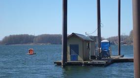 Station service de ravitaillement de bateau flottant sur le dock de l'eau images libres de droits