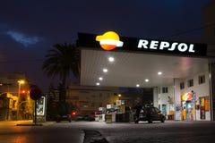 Station service de Repsol dans le début de la matinée Photo stock