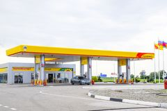 Station service de Rosneft sur la route suburbaine photographie stock