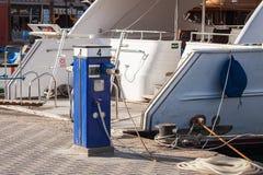 Station service pour le yacht, le bateau sur le pilier Près du yacht image libre de droits