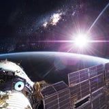 Station spatiale satellisant la scène d'Earth images libres de droits