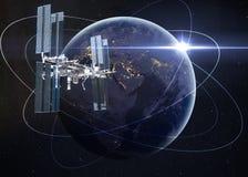 Station spatiale satellisant la scène d'Earth photo stock