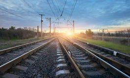 Station tegen mooie zonnige hemel Industrieel landschap Royalty-vrije Stock Foto's