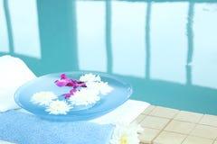Station thermale avec des fleurs Images stock