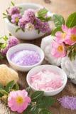 Station thermale avec du sel de fines herbes rose et le trèfle rose sauvage de fleurs Image stock