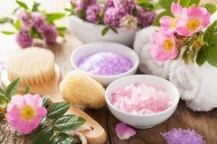 Station thermale avec du sel de fines herbes rose et le trèfle rose sauvage de fleurs Images stock