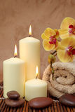 Station thermale avec les bougies blanches Images libres de droits