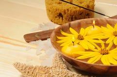 Station thermale avec les fleurs et les bougies jaunes Image libre de droits