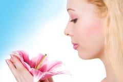 station thermale blonde de rose de lis de fille de beauté photo libre de droits