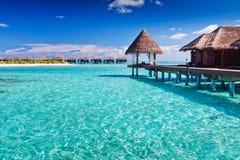Station thermale d'Overwater dans le bleu autour de l'île tropicale Image libre de droits