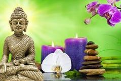 Station thermale de bien-être avec les fleurs, l'eau et les bougies images libres de droits