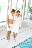 Station thermale de luxe - les jeunes couples folâtres détendent Images libres de droits