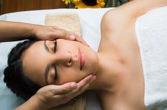 Station thermale de obtention modèle de massage de brune hispanique Image libre de droits