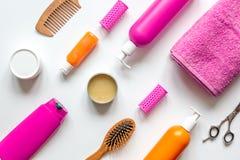 Station thermale du haircare des femmes dans la bouteille sur la vue supérieure de fond blanc Photo libre de droits
