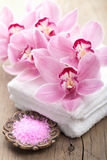 Station thermale et bain avec des orchidées Photo libre de droits