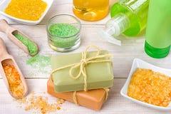 Station thermale et concept de santé Les savons, les cosmétiques et le sel sur le blanc courtisent image stock
