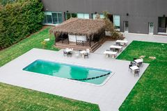 STATION THERMALE et conférences d'hôtel de Lielupe par Semarah Piscine, barre extérieure et tables de salon image libre de droits