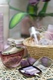 Station thermale et produits de beauté violets Photos libres de droits