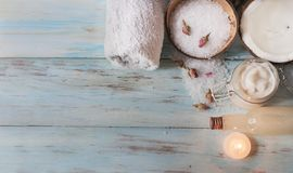 Station thermale faite maison avec les ingrédients, la noix de coco et les roses naturels images libres de droits