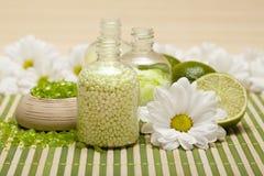 Station thermale - fleurs et sel de bain photos stock
