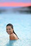 Station thermale géothermique - femme détendant dans la piscine de source thermale Photo libre de droits