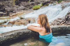 Station thermale géothermique Femme détendant dans la piscine de source thermale dans la perspective d'une cascade Images stock