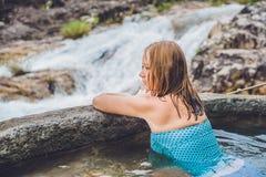 Station thermale géothermique Femme détendant dans la piscine de source thermale dans la perspective d'une cascade Image stock