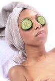 Station thermale - massage facial avec le concombre images stock