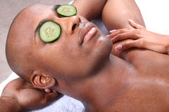 Station thermale - massage facial avec le concombre photographie stock